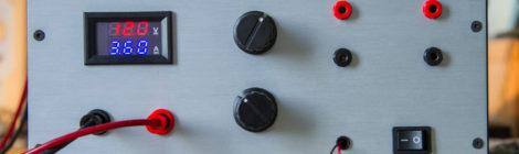 Une alimentation de labo, 5/12v fixe, 15v/10A ajustable.